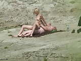 sesso sugli scogli coppia giovanissima