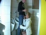 porca matura fa sesso nel bagno degli uomini