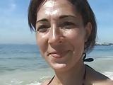 sexy brasiliana abbordata in spiaggia