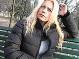 video esibizionista milf biondona abbordata al parco